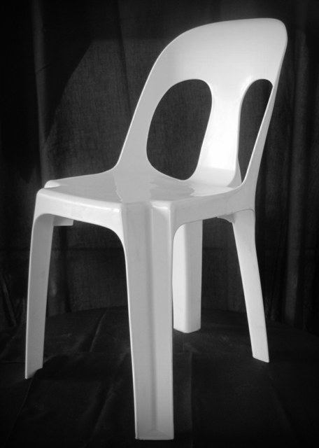 White plastic chair a touch of eleganz - Witte plastic stoel ...